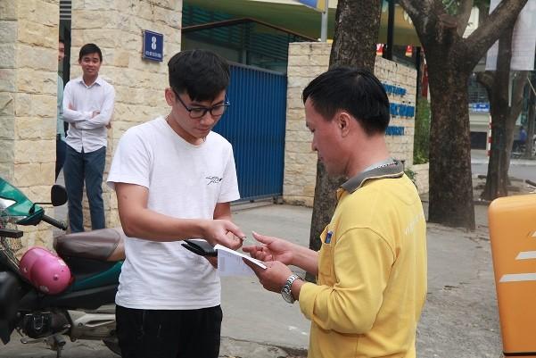 Vé trận Việt Nam- Philippines chuyển qua đường bưu điện đã đến tay người nhận