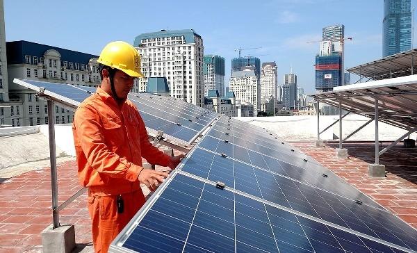 EVN HANOI lắp đặt miễn phí điện mặt trời áp mái cho một số hộ dân có hoàn cảnh đặc biệt trong tháng tri ân 2018