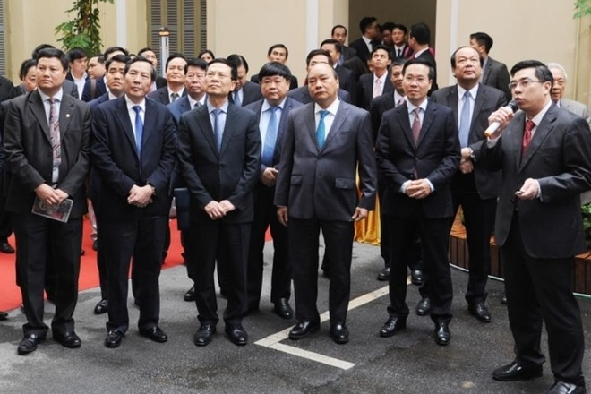Thủ tướng Nguyễn Xuân Phúc cùng các đại biểu tham dự triển lãm công nghệ thông tin