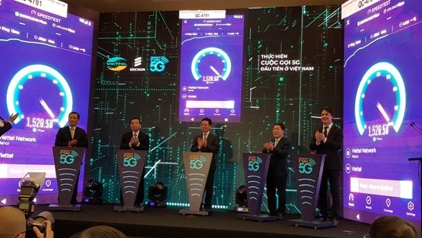 Các đại biểu thực hiện cuộc gọi 5G đầu tiên ở Việt Nam