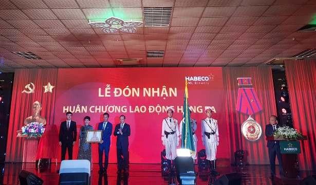 Nhà máy bia Hà Nội- Mê Linh đón nhận Huân chương lao động hạng Ba