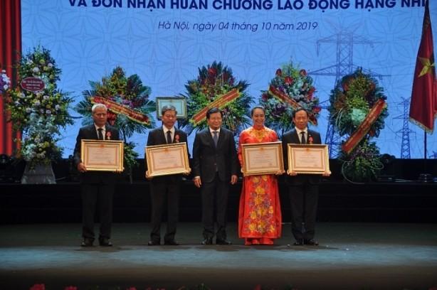 Lãnh đạo EVNNPC được nhận khen thưởng
