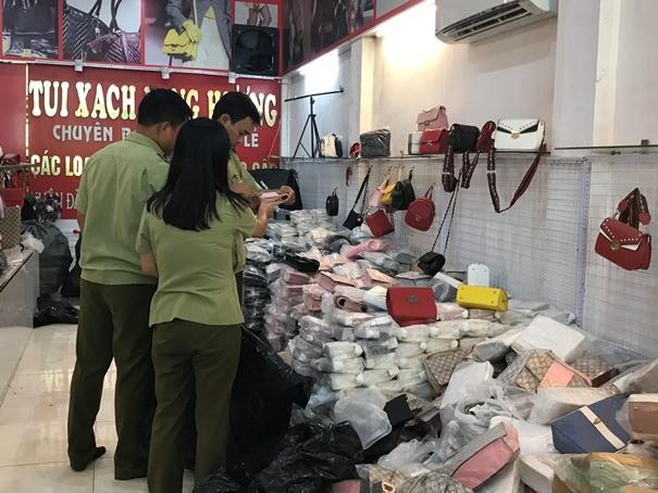Lực lượng QLTT kiểm tra một cửa hàng kinh doanh túi xách tại thôn Thao Chính (ảnh: moit.gov.vn)