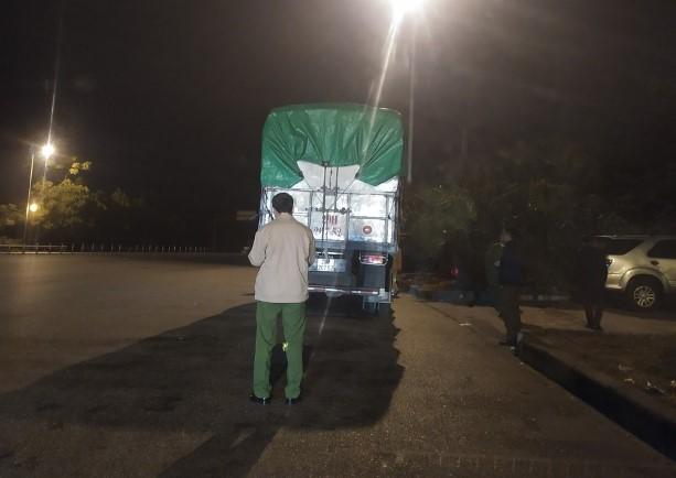 Lực lượng chức năng kiểm tra một trong những xe tải chở bánh kẹo không rõ nguồn gốc (ảnh: Tổng cục QLTT)