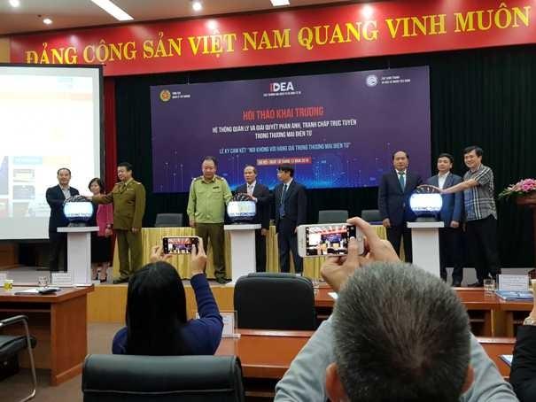 Các đại biểu khai trương hệ thống quản lý và giải quyết khiếu nại, tranh chấp trực tuyến trong thương mại điện tử