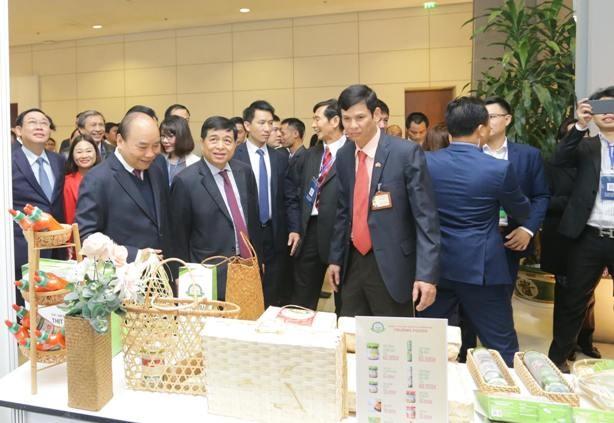 Thủ tướng tham quan các gian hàng của doanh nghiệp tham gia hội nghị (ảnh: Phú Khánh)