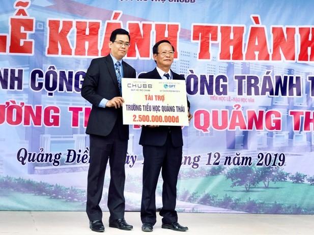 Ông Bùi Thanh Hiệp, Phó Tổng Giám đốc Chubb Life Việt Nam (bên trái) trao tài trợ cho đại biểu trường Tiểu học Quảng Thái