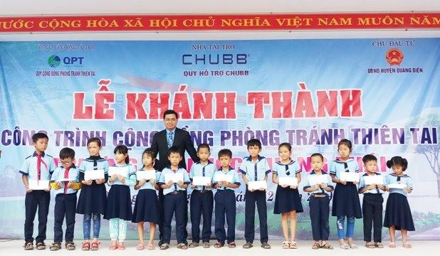 Ông Bùi Thanh Hiệp, Phó Tổng Giám đốc Chubb Life Việt Nam trao tặng học bổng cho học sinh trường Tiểu học Quảng Thái