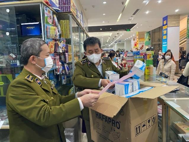 Lực lượng QLTT Hà Nội kiểm tra hoạt động kinh doanh khẩu trang, nước rửa tay tại chợ thuốc Hapulico