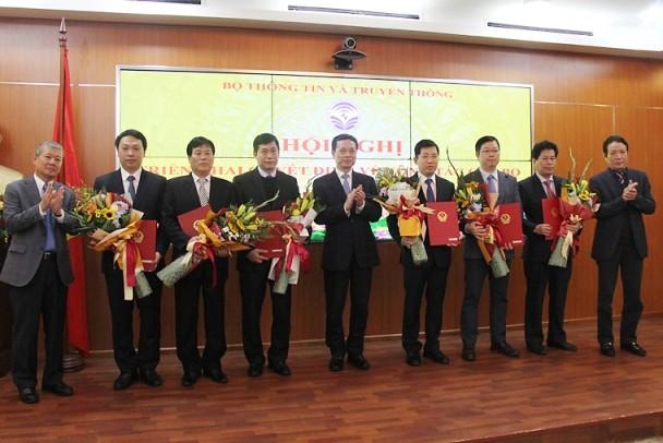 Bộ trưởng Bộ TT-TT Nguyễn Mạnh Hùng trao quyết định điều động, bổ nhiệm cho các cán bộ chủ chốt