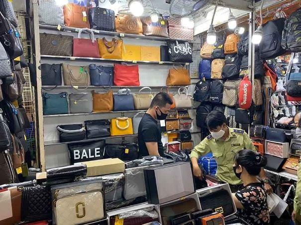 Lực lượng chức năng kiểm tra quầy nghi bán hàng nhái nhãn hiệu nổi tiếng