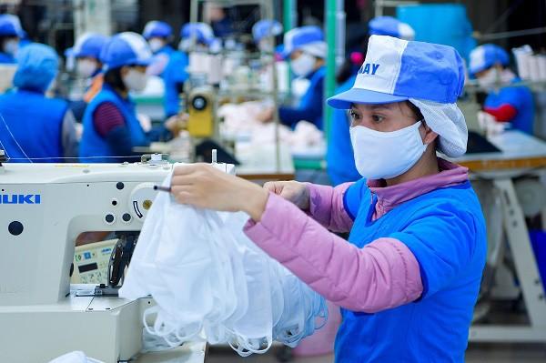 Bộ Công Thương lý giải việc người dân vẫn khó mua khẩu trang vải kháng khuẩn ảnh 1