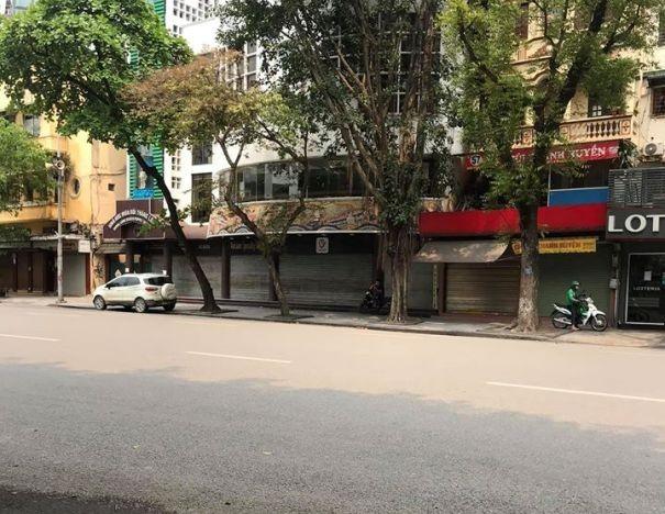 Đường phố Hà Nội vắng vẻ, đa số hàng quán đã đóng cửa, người dân hạn chế ra ngoài