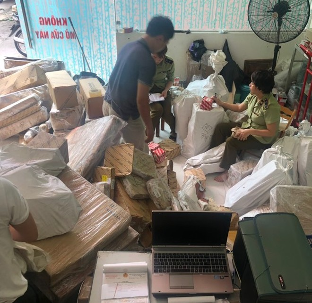 Lực lượng chức năng kiểm tra, lập biên bản vi phạm tại cơ sở kinh doanh phụ tùng ô tô trên phố Lạc Trung