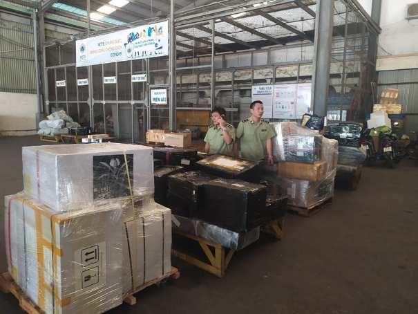 Lực lượng chức năng kiểm tra kho hàng tại khu vực sân bay quốc tế Nội Bài
