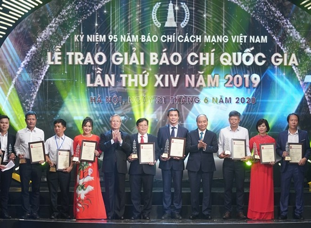 Thủ tướng Nguyễn Xuân Phúc và Thường trực Ban Bí thư Trần Quốc Vượng trao giải cho các tác giả, tác phẩm đoạt giải A giải Báo chí quốc gia năm 2019