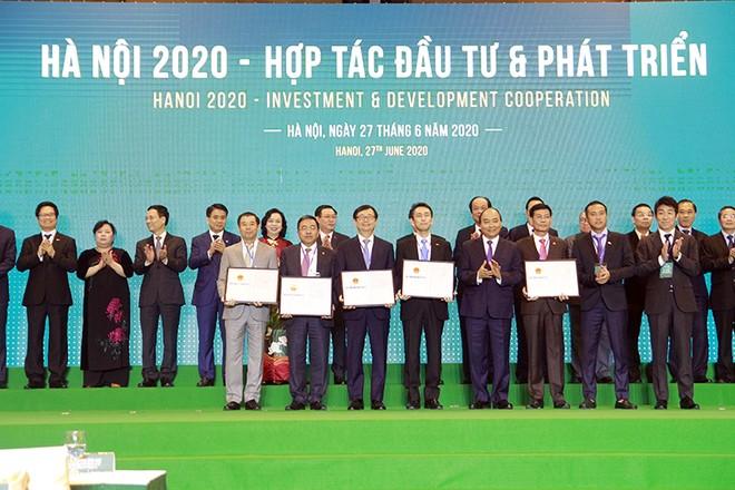 Thủ tướng Chính phủ Nguyễn Xuân Phúc trao giấy chứng nhận đầu tư cho các nhà đầu tư vào Hà Nội