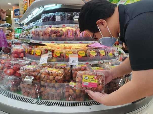Vải thiều Việt Nam lần đầu tiên có mặt tại siêu thị lớn của Singapore