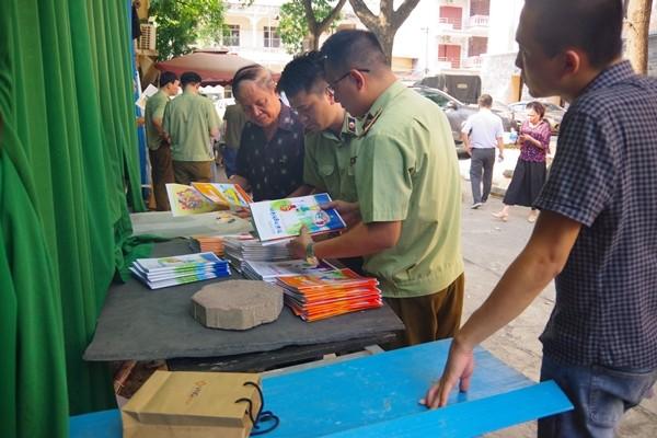 Lực lượng chức năng kiểm tra Công ty CP dịch vụ Chính Nghĩa, phát hiện sách có dấu hiệu in lậu