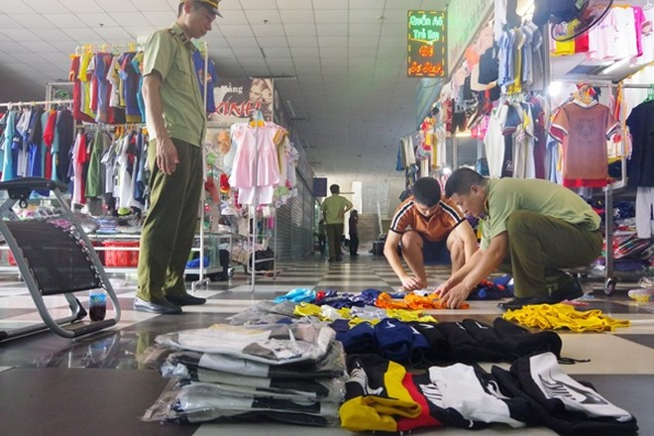 Lực lượng chức năng kiểm đếm hàng hóa có dấu hiệu vi phạm tại một cơ sở kinh doanh của tỉnh Quảng Ninh