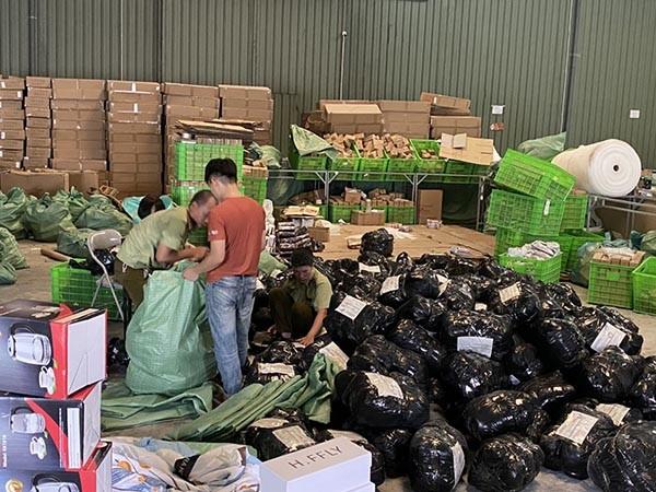 Lực lượng chức năng kiểm tra kho hàng của Công ty TNHH MTV Thuận Phong tại ICD Mỹ Đình