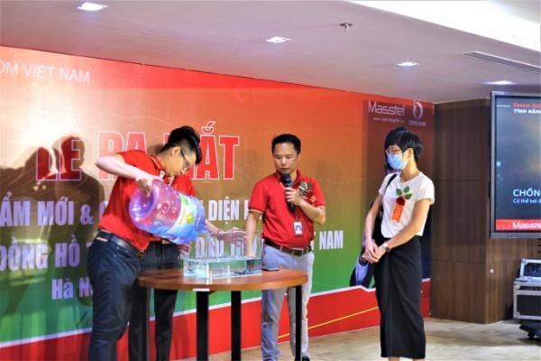 Thử khả năng chống nước của đồng hồ thông minh Masstel Dream Action
