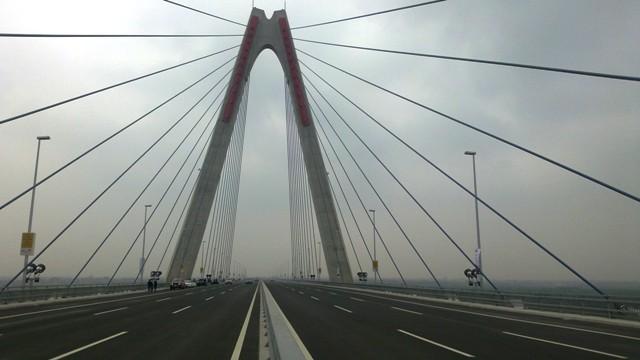 Cấm người đi bộ trên cầu Nhật Tân