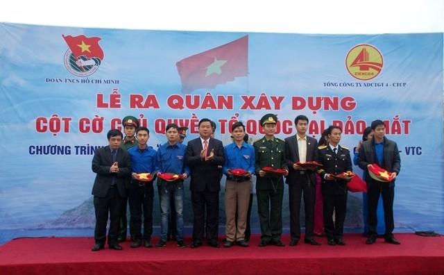 Bộ trưởng Bộ GTVT Đinh La Thăng tặng quà lực lượng đang làm nhiệm vụ trên đảo Mắt