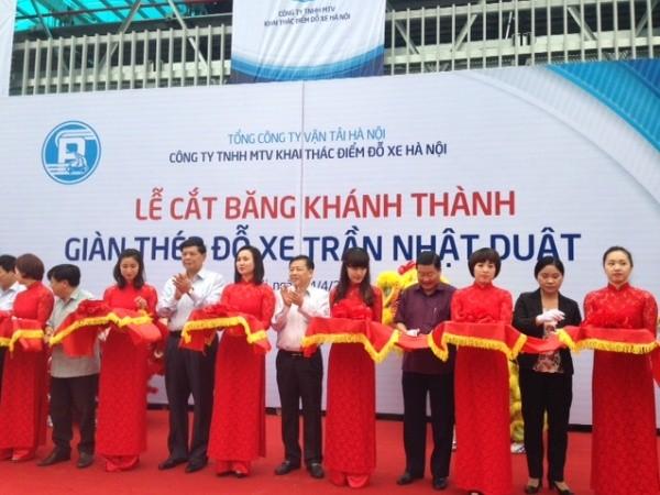 Phó Chủ tịch UBND TP Nguyễn Quốc Hùng cùng đại diện các Sở, ngành cắt băng khánh thành giàn thép đỗ xe 3 tầng