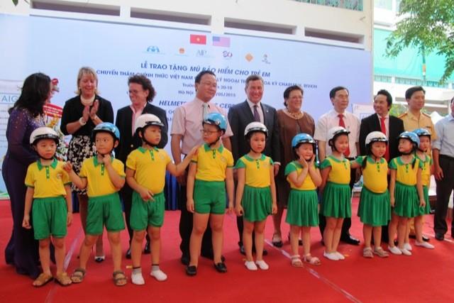 Đội mũ bảo hiểm khi tham gia giao thông là một cách bảo vệ trẻ em thiết thực