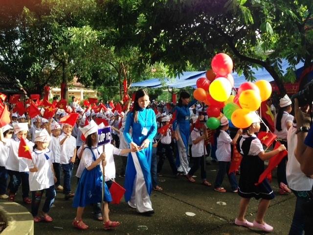 Các cháu học sinh lớp 1 với niềm vui dự ngày khai giảng năm học mới