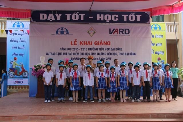 Hơn 1.500 mũ bảo hiểm đạt chuẩn đã được trao cho các em học sinh trường Tiểu học và THCS Đại Đồng nhân ngày khai giảng