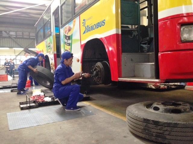 Hơn 100 thợ sửa chữa xe buýt Hà Nội thi tay nghề