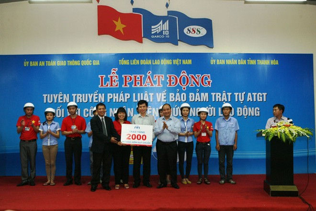 2.000 mũ bảo hiểm đạt chuẩn được Phó Thủ tướng Nguyễn Xuân Phúc trao cho các công nhân đang lao động tại một số nhà máy may trên địa bàn huyện Quảng Xương, Thanh Hóa