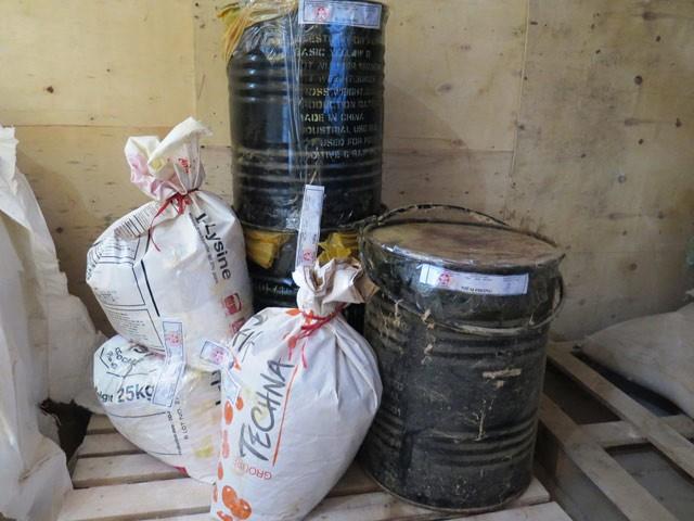 Chất vàng ô bị đoàn kiểm tra liên ngành phát hiện tại 1 DN sản xuất thức ăn chăn nuôi tại Hải Dương. Ảnh: Mạnh Minh