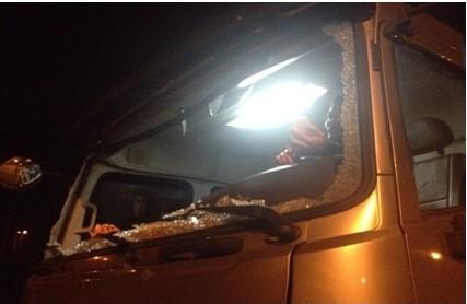 Cao tốc Nội Bài- Lào Cai: Xe tải đang chạy 100km/h bị ném đã vỡ tan kính ảnh 1