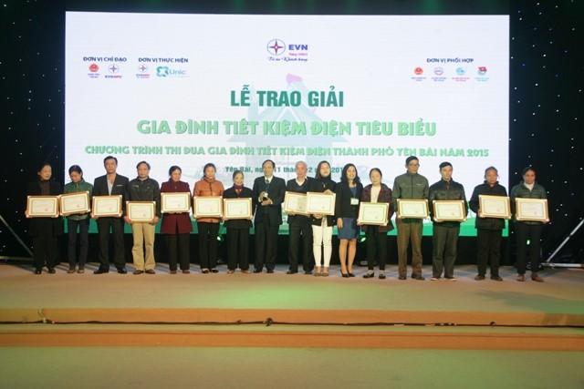 Đại diện các hộ gia đình tiết kiệm điện tiêu biểu tại Yên Bái nhận giải thưởng