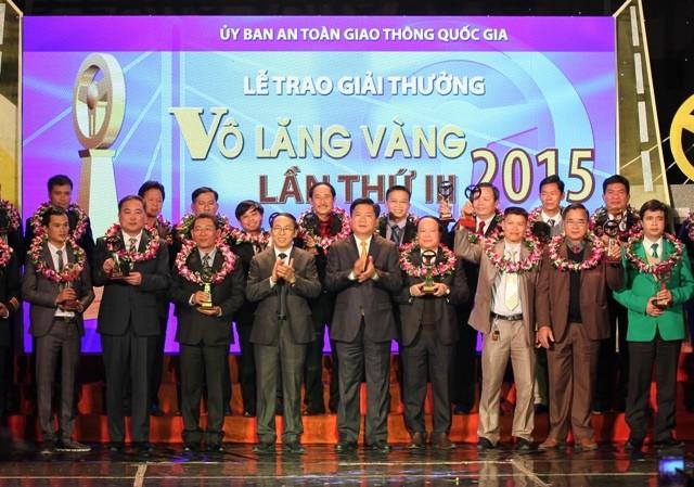 Bộ trưởng Bộ GTVT Đinh La Thăng trao giải Vô lăng vàng 2015 cho các lái xe và doanh nghiệp xuất sắc