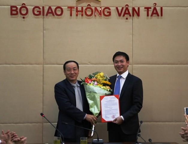 Ông Nguyễn Hồng Trường trao quyết định bổ nhiệm cho ông Nguyễn Xuân Ảnh