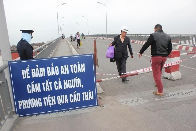 Cây cầu huyết mạch nối huyện Kinh Môn với QL5 đã bị gián đoạn, người dân phải đi lại bằng đò, phà