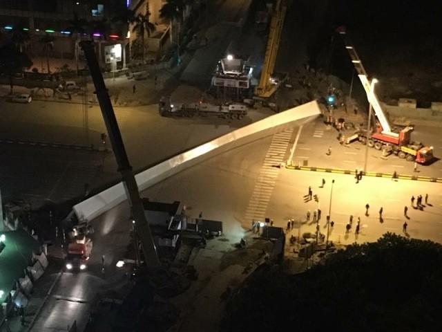 Thanh dầm thép khổng lồ tại dự án cầu vượt Nguyễn Chánh- Hoàng Minh Giám được cho là bị rơi trong lúc cẩu lên trụ (Ảnh otofun)