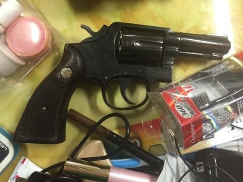 Khẩu súng được phát hiện trong hành lý của cặp vợ chồng người Thái Lan