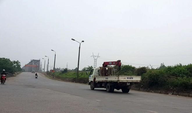 Ô tô vẫn tiếp tục lưu thông trên cầu Việt Trì cũ bất chấp đã có biển cấm