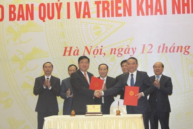 Ông Đinh La Thăng, Bí thư Thành ủy TP.HCM, nguyên Bộ trưởng Bộ GTVT bàn giao nhiệm vụ cho người kế nhiệm - Bộ trưởng Trương Quang Nghĩa