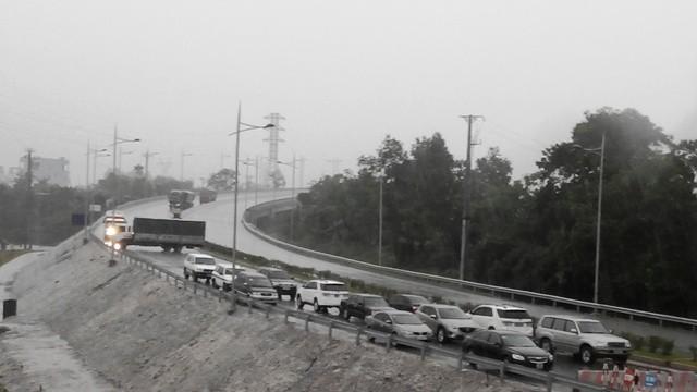 Cầu Hạc Trì chập điện, dừng thu phí, các phương tiện xếp hàng dài chờ qua cầu