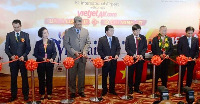 Phó Thủ tướng Trịnh Đình Dũng cùng lãnh đạo các bộ, ngành, và địa phương cắt băng khai trương đường bay TP. HCM với Kuala Lumpur