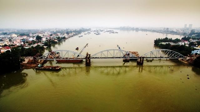 Công trường thi công được lập trên dòng sông Đồng Nai sâu 16m