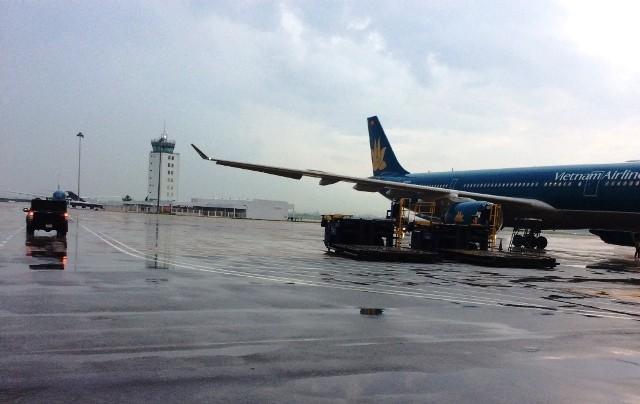 Nhiều chuyến bay phải đổi hướng vì sân bay Tân Sơn Nhất có mưa lớn, không thể hạ cánh