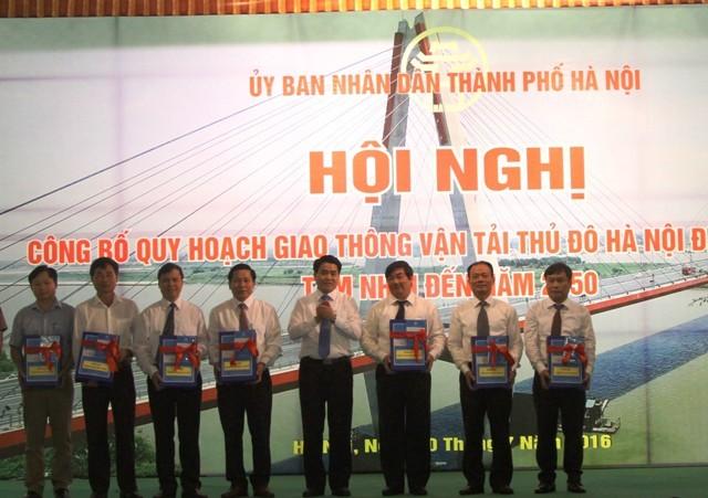 Chủ tịch UBND TP Hà Nội Nguyễn Đức Chung trao tặng quy hoạch GTVT Hà Nội cho lãnh đạo các tỉnh trong vùng Thủ đô