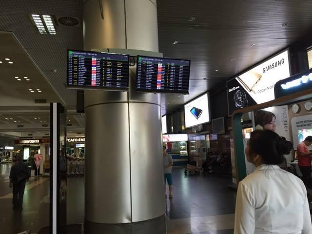Một số màn hình hiển thị thông tin tuyến bay tại sân bay Nội Bài đã hoạt động trở lại
